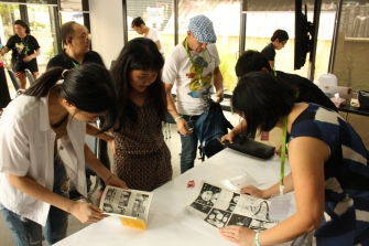 Lorina Mapa's comics workshop; comics art appreciation. Lorina Mapa comments on CommDe sophomore student Pin's comics pages. Bangkok Edge Festival, January 21, 2018.